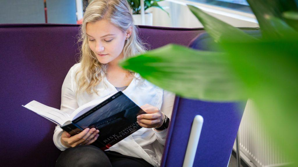 Student_reading_at_the_University_library_photo_by_Mirella_Mellonmaa