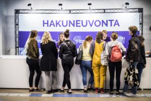 Tampere University Student Ambassadors - Group of students receiving councelling at the TAU Hakuneuvonta stand